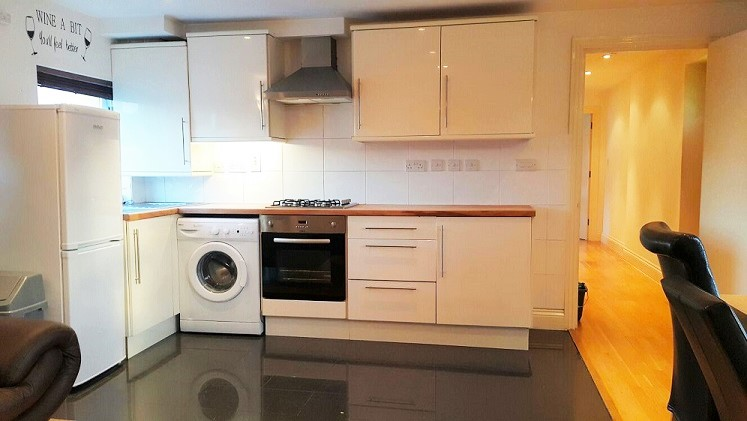 2 Bedroom Flat Just 3 Mins Walk to South Wimbledon Tube Station